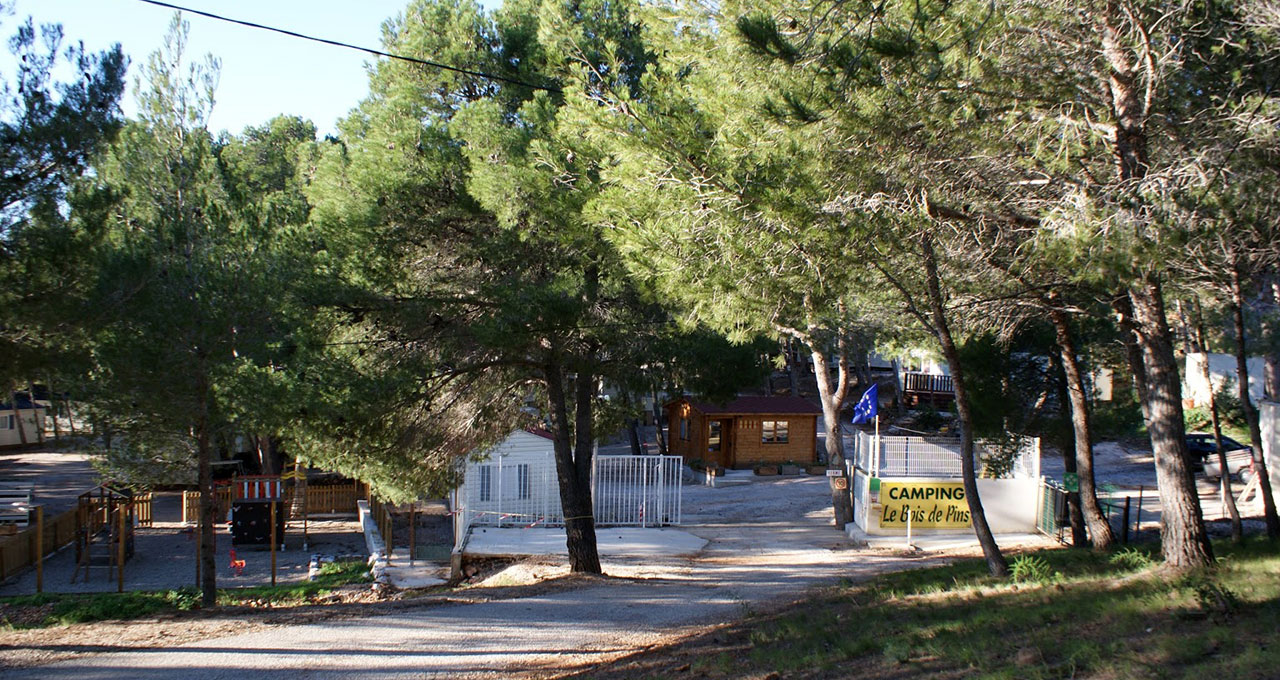 Camping Le Bois de Pins - the entrance to the campsite